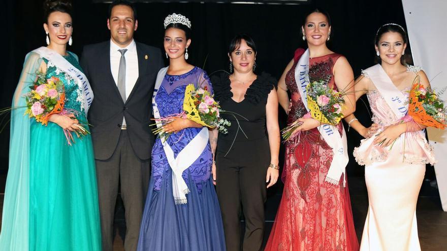 1ed2957fb3 La Reina y las tres damas de honor posan con el alcalde