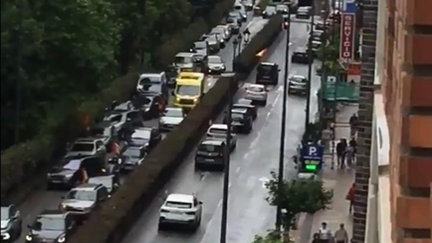Ambulancia intentando avanzar entre la 'caravana' de Vox en Santander. | Twitter