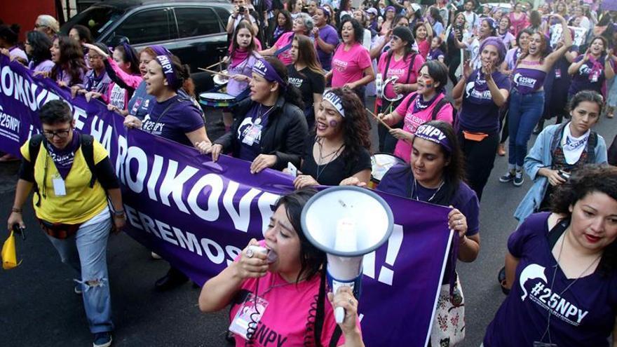 Multitudinaria marcha contra la violencia hacia las mujeres en Paraguay