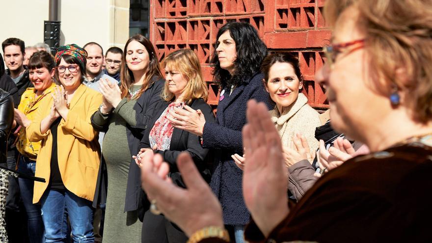 Concentración en las puertas del Parlamento con motivo del Día Internacional de la Mujer. Foto: Parlamento vasco