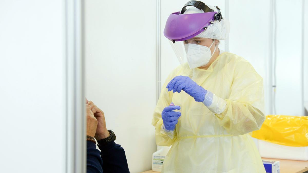 Una enfermera realiza una prueba PCR.