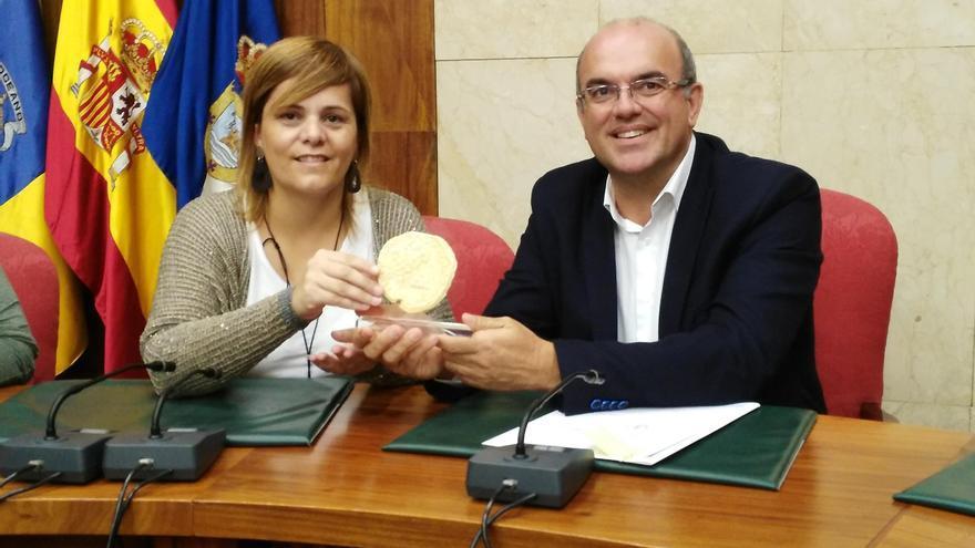 La presidenta del Consell Comarcal de La Noguera, Concep Cañadell Salvia, y el presidente del Cabildo, Anselmo Pestana.