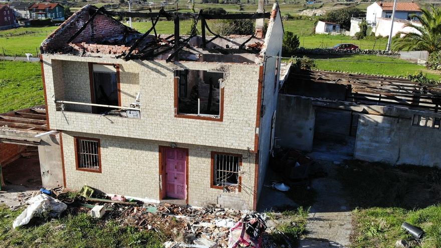 Comienza el derribo de una casa en ruina en San Miguel