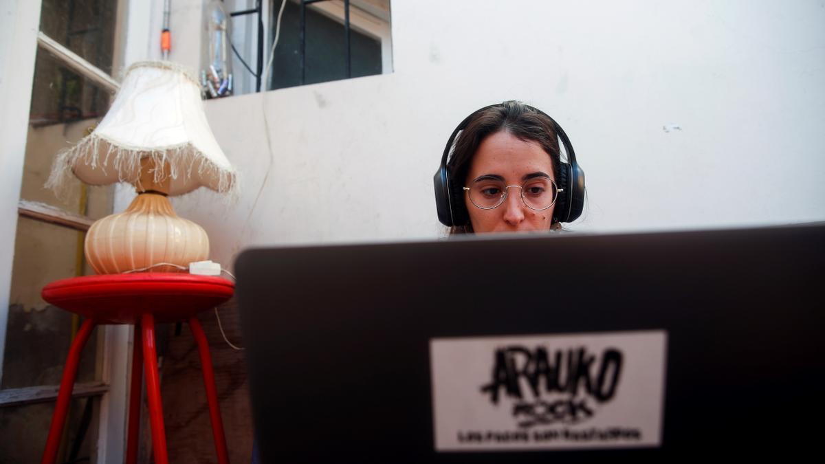 Una mujer teletrabajando. EFE/ Alberto Valdés Gómez/Archivo
