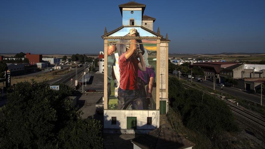 El gigantesco mural, visible desde casi cualquier punto de El Carpio.
