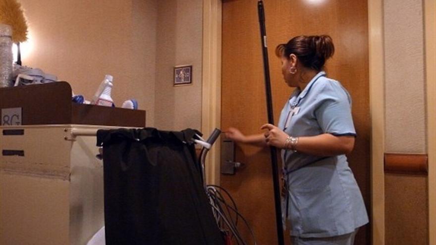 Empleada del servicio de limpieza de habitaciones en un hotel