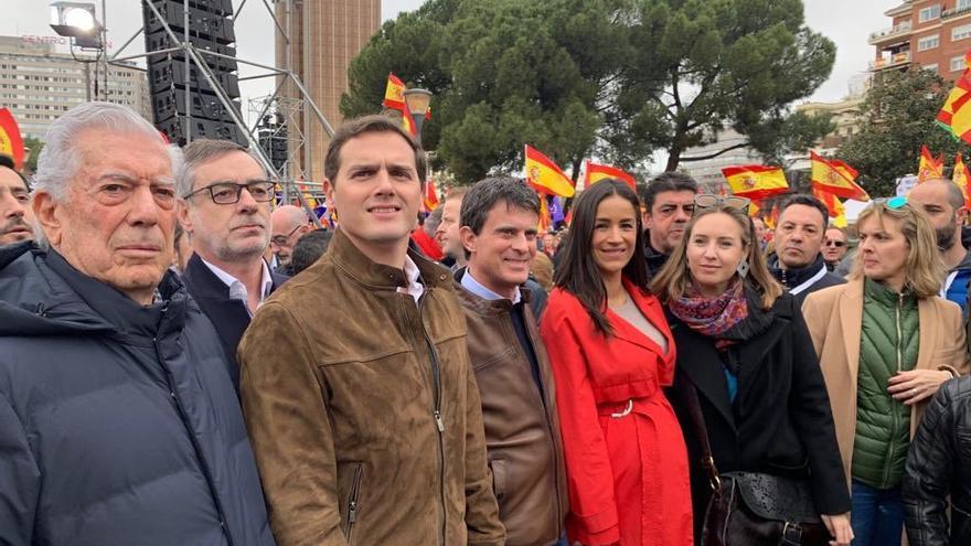 Los líderes de Ciudadanos junto al Nobel Mario Vargas Llosa en la manifestación en Colón.