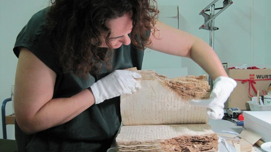 Labores de conservación de documentos en el Archivo Histórico Provincial de Córdoba.