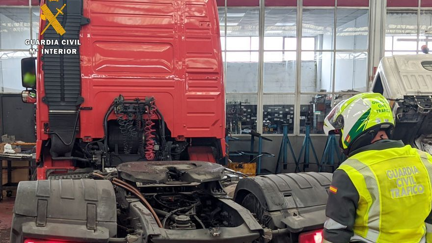 Archivo - Guardia civil relizando la medición del tacógrafo del camión