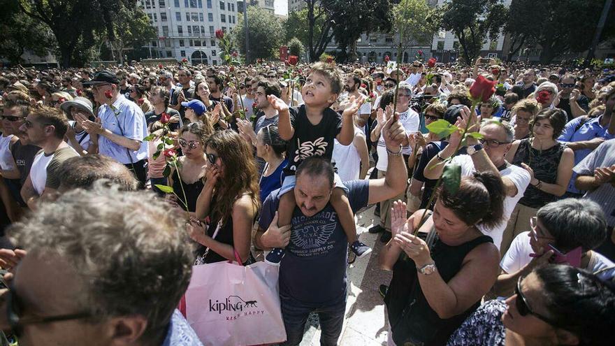 Concentración en Plaza Catalunya al día siguiente de los atentados