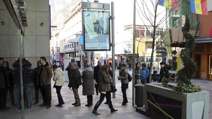 Aglomeraciones en las sucursales bancarias para aportar su dni for Buscador de sucursales galicia