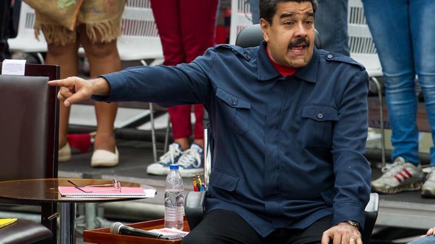 """Maduro decreta """"estado de excepción y emergencia económica"""" contra """"golpe"""""""