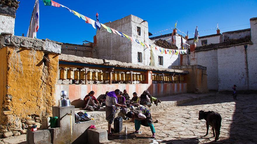 Imagen cotidiana en Lo Manthang, capital del antiguo reino de Mustang. Las ruedas de oración ocupan un lugar central en la población. Marie Hullot
