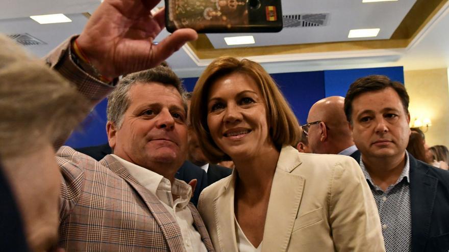 Una bandera franquista se cuela en las primeras fotos oficiales de Cospedal tras anunciar su candidatura a liderar el PP