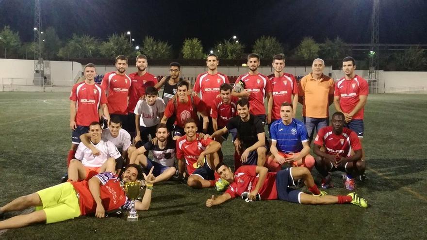 Club Deportivo Bargas. 'Jimmi' con gafas, arriba, cuarto por la izquierda
