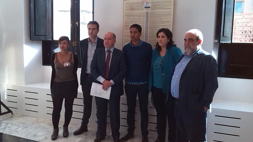 Todo el Parlamento vasco reclama el asilo político para el activista saharaui Hassanna Aalia