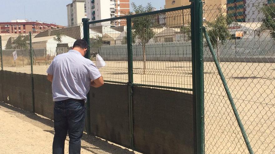Un operario clausura el parque, el martes por la mañana | Twitter, @aDanielPerez