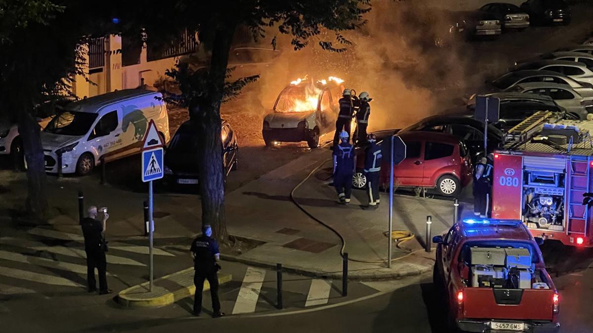 Los bomberos apagando el fuego del vehículo