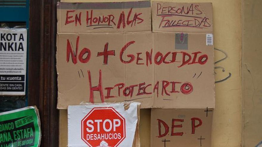 Carteles de protesta contra los desahucios.