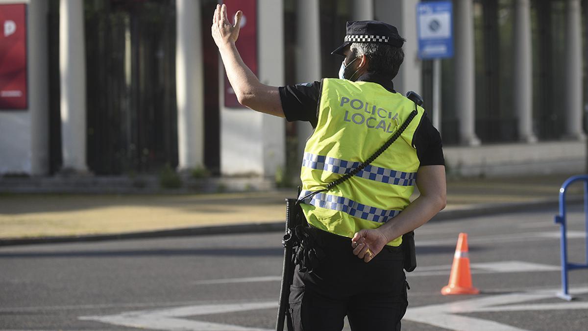 Un Policía Local, durante el estado de alarma