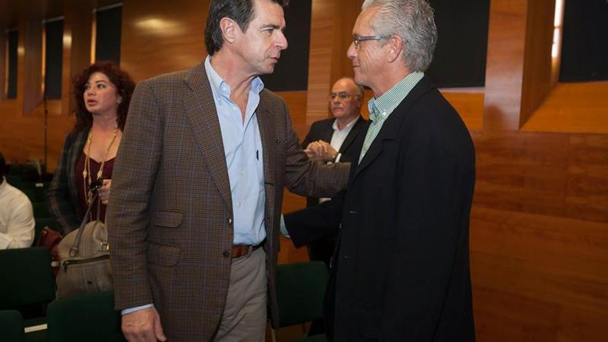 El ministro de Industria, Energía y Turismo, José Manuel Soria conversa con el candidato del PP al Congreso de los Diputados por la provincia de Santa Cruz de Tenerife, Pablo Matos. EFE/Ramón de la Rocha