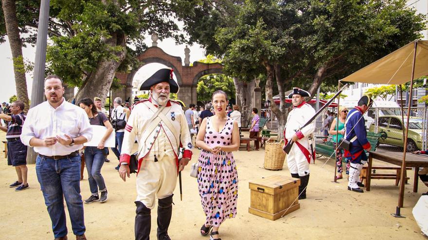 Hernández recorre el campamento de la época instalado en la Alameda del Duque de Santa Elena