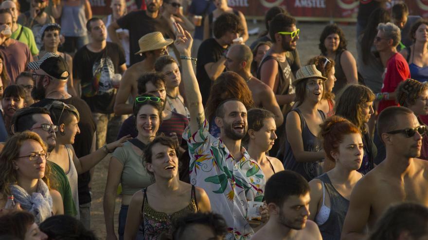 El público baila durante la primera jornada del Iboga Summer Festival