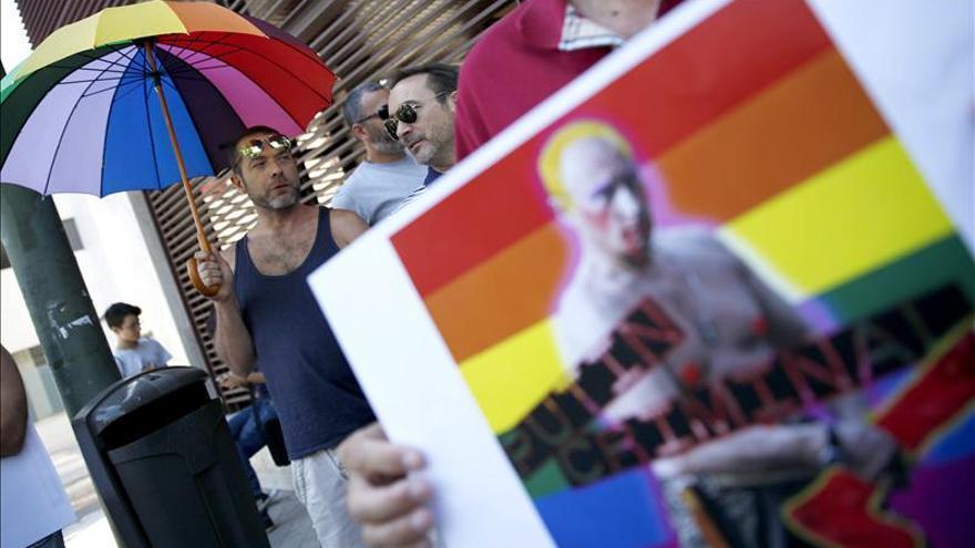 Colectivos gays protestan con una besada contra la homofobia en Rusia