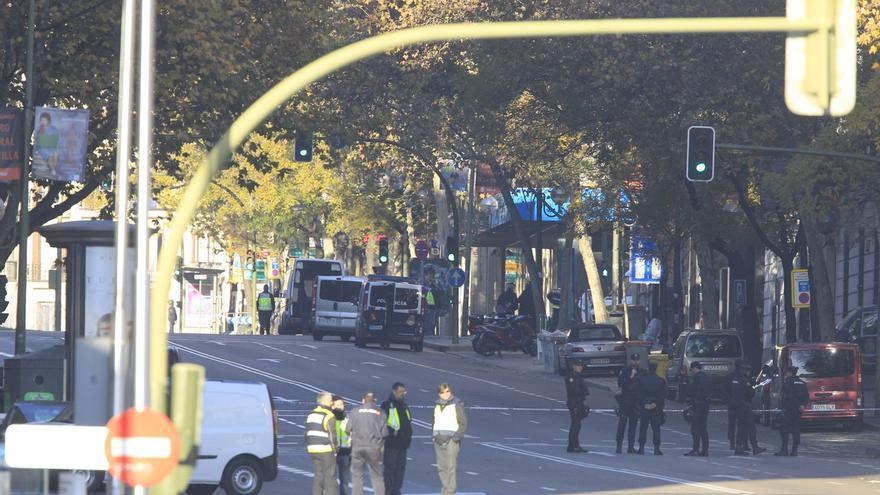 La calle Génova, donde está la sede del PP, bloqueada por la policía.