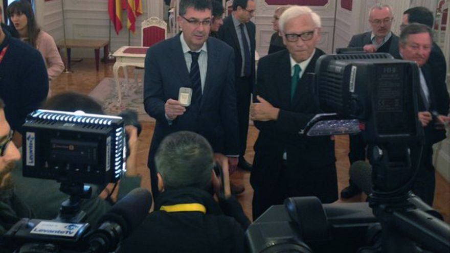 El president de las Corts, Enric Morera, ha recibido de manos de Rafael Vicente Queralt el informe de la Sindicatura de Comptes