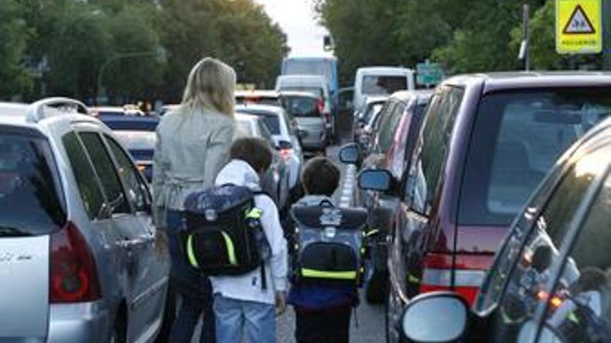 Niños acudiendo al colegio