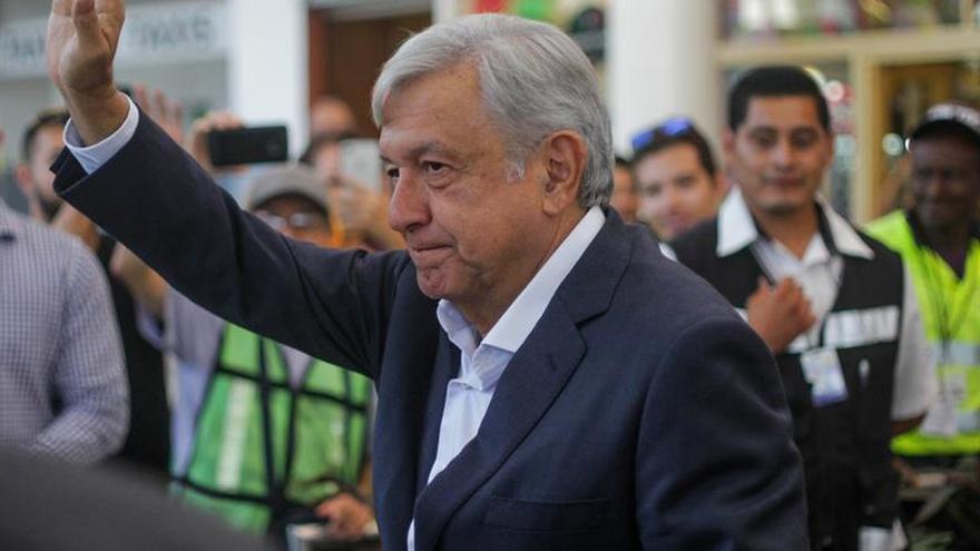 Surge polémica por beso del presidente electo de México a una reportera