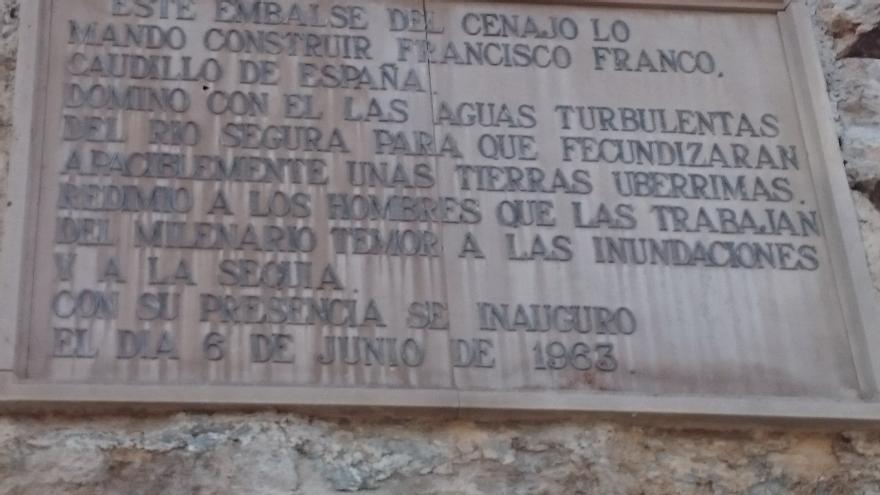 Lápida conmemorativa de la inauguración del Cenajo / VP