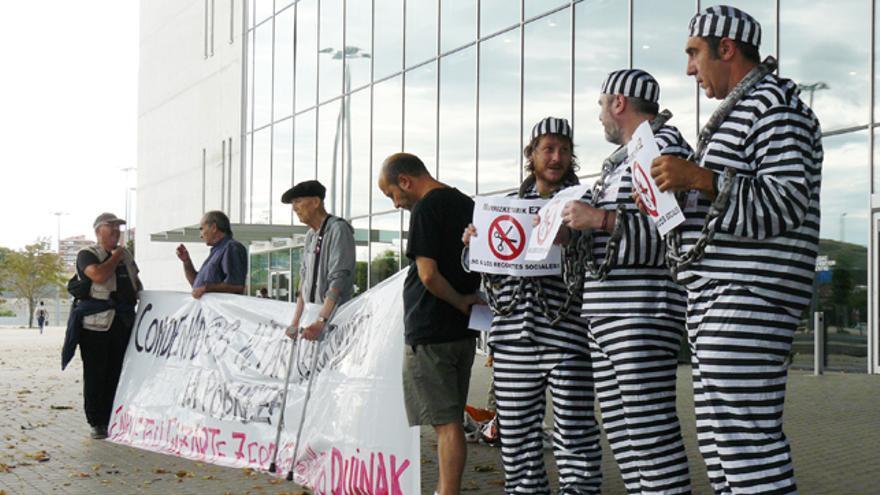 Colectivos sociales y sindicatos protestan contra los recortes en el BEC. /G. A.