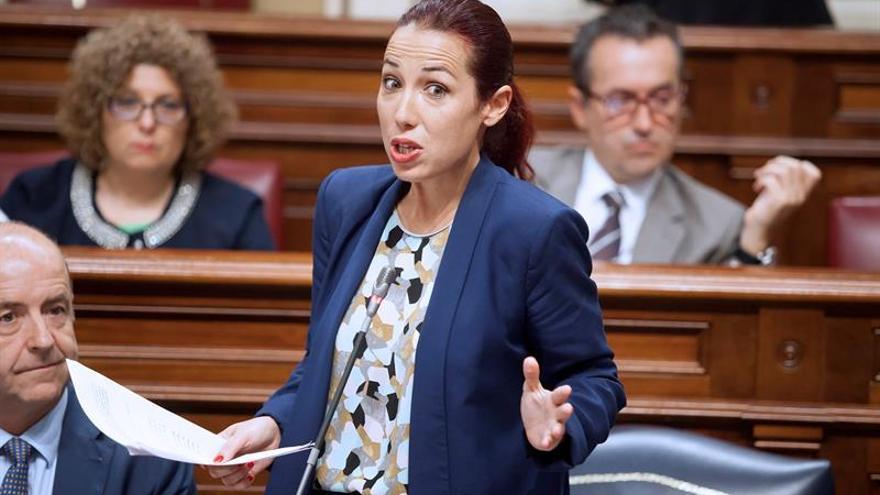 La consejera de Empleo, Políticas Sociales y Vivienda del Gobierno de Canarias, Patricia Hernández, durante una sesión del pleno del Parlamento de Canarias. EFE/Ramón de la Rocha