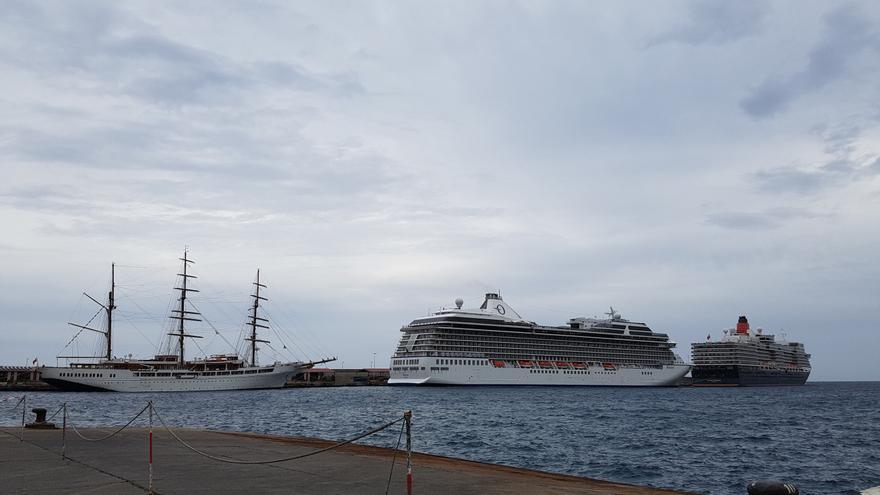 El Puerto de  Santa Cruz de La Palma ha ofrecido este martes una inusual  y bella estampa marinera con el atraque en sus líneas de amarre de dos buques de crucero y dos imponentes veleros.  Foto: LUZ RODRÍGUEZ.