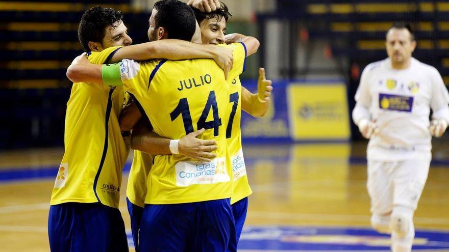 Jugadores del Gran Canaria FS celebran la victoria sobre 4-3 ante el Peñíscola RehabMedic en el CID.