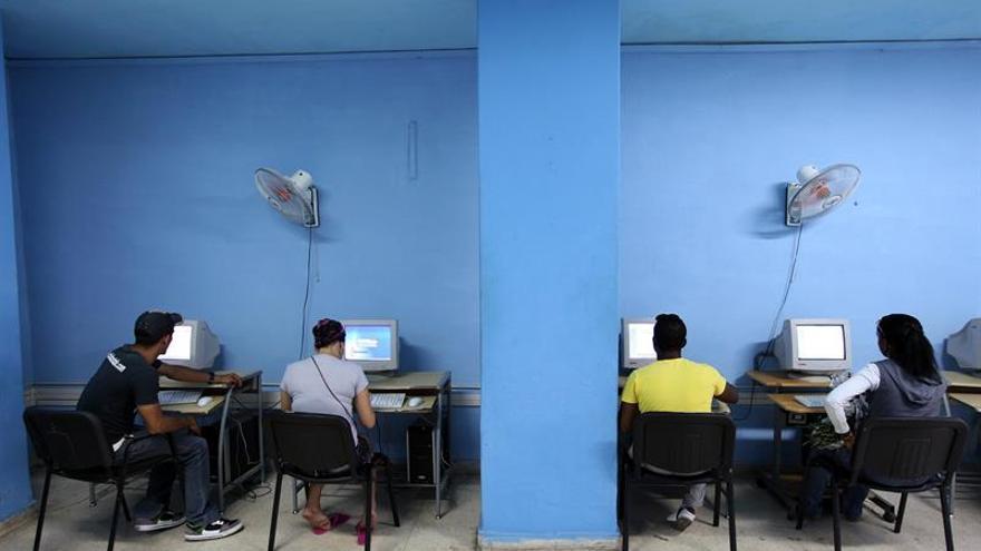 Varias personas acceden a Internet.