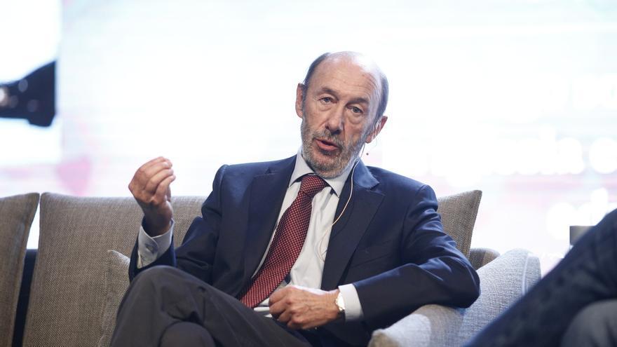 """Valerio dice que Rubalcaba sigue """"en observación"""" y espera una """"buena"""" evolución: """"Le debemos mucho en este país"""""""