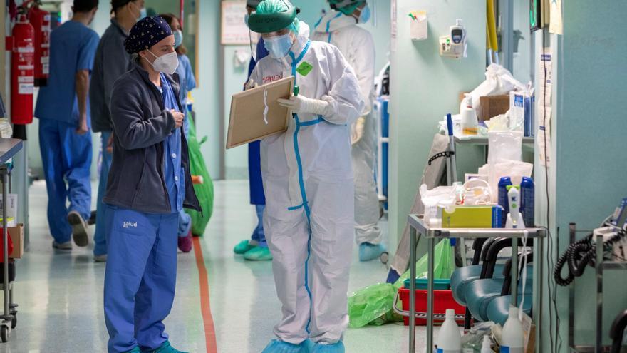 Varios sanitarios en la Unidad de Cuidados Intesivos dedicada a pacientes covid del Hospital Miguel Servet de Zaragoza. EFE/Javier Belver