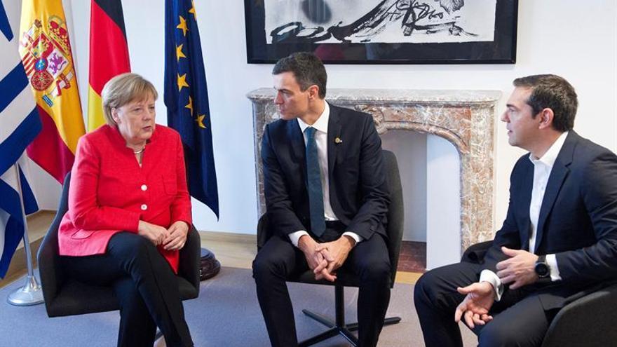 Sánchez inicia la última sesión del Consejo con una reunión con Merkel y Tsipras