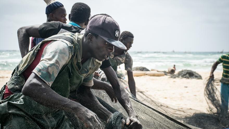 Un pescador en la costa de Kayar (Senegal)