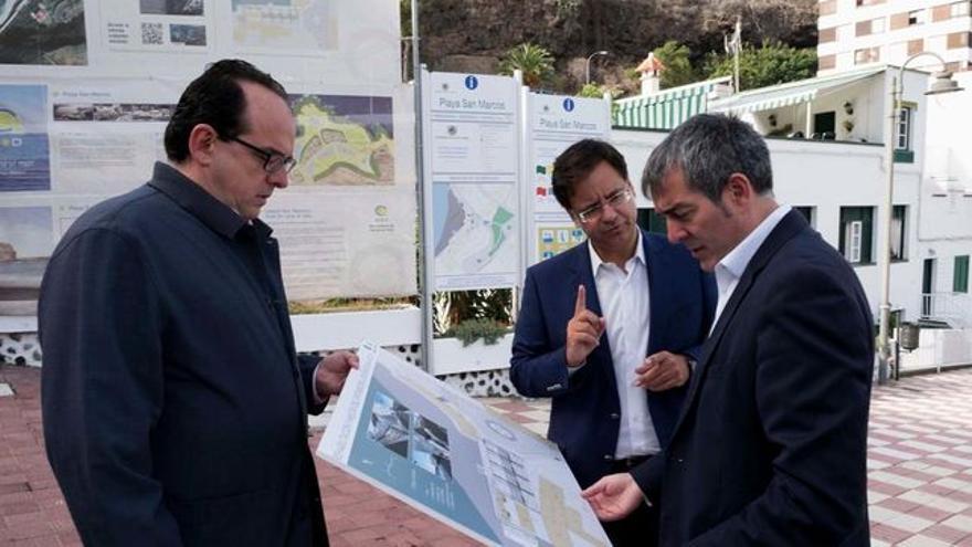 Francisco González (centro), este año, cuando era alcalde y junto a Clavijo, en Icod