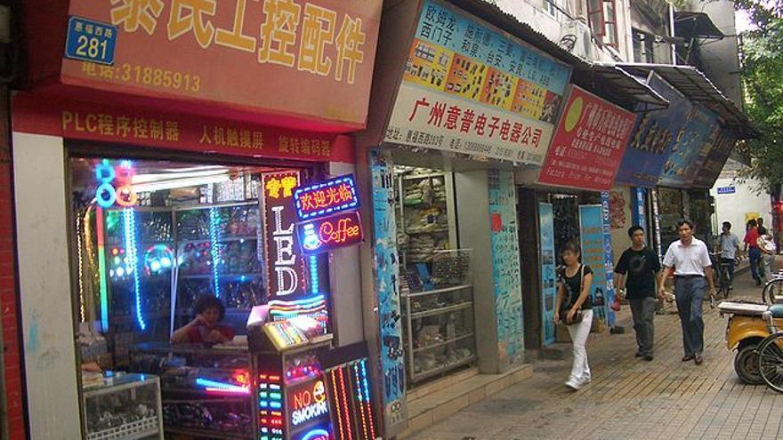 Tiendas de componentes electrónicos en las calles de la ciudad de Guangzhou, en el delta del río de las Perlas