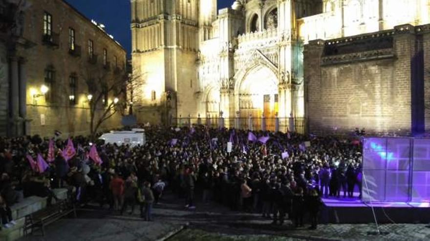 Manifestación feminista del 8M llenando la Plaza del Ayuntamiento de Toledo / Europa Press