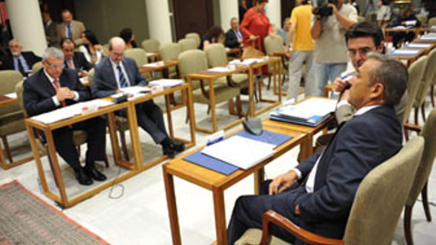 Un momento previo al inicio del pleno del Parlamento de Canarias de este miércoles. (ACFI PRESS)