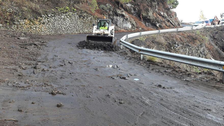 En la imagen, trabajos de limpieza en la carretera del sur de La Palma.