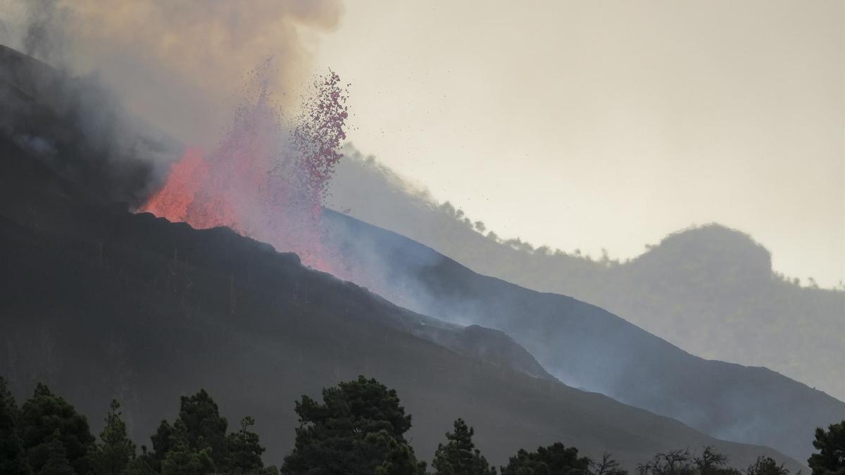 La erupción volcánica de La Palma continúa activa este martes, con abundante material magmático que se dirige ladera abajo pero sin saber si llegará al mar.