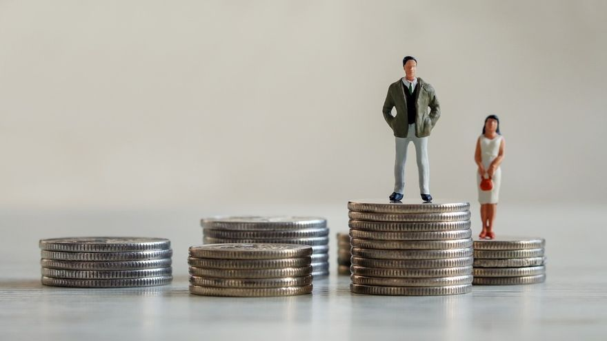 """Uno de cada dos jóvenes considera que la situación de las mujeres es """"peor"""" o """"mucho peor"""" que la de los hombres cuando se trata de los sueldos."""