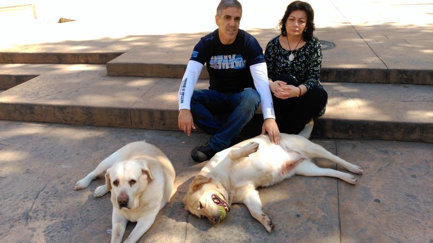 Los García Rodríguez con sus dos perras.
